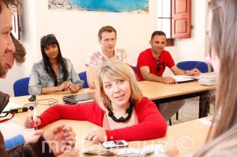 Eine Englischlehrerin hält eine Unterrichtseinheit in unserer Sprachschule auf Malta