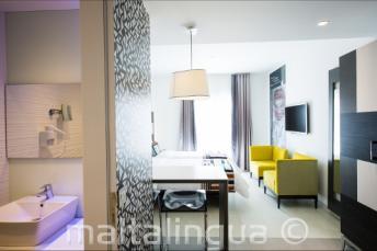 Blick auf das Bad und das Wohnzimmer im Hotel Valentina