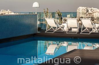 Swimmingpool auf dem Dach mit Bar, Malta