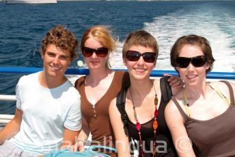Eine familie genießt eine Bootsfahrt von der Sprachschule