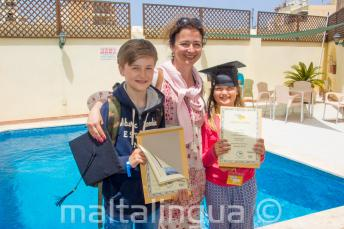 Mutter mit 2 Kindern, die beide an einem Sprachkurs teilgenommen haben