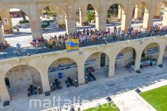 Maltalingua Sprachschüler winken von der Upper Barrakka, Valletta