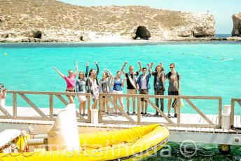 Sprachschüler winken an der blauen Lagune, Comino