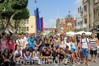Junge Sprachschüler bei einer Festa auf Malta