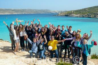 Sprachschüler machen einen Ausflug nach Comino, Malta