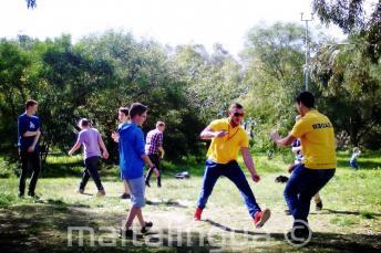 Sprachschüler spielen im Kennedy Grove Park in der Nähe der Schüler Residenz