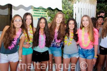 6 Mädchen gehen zur Willkommensparty der Sprachschule