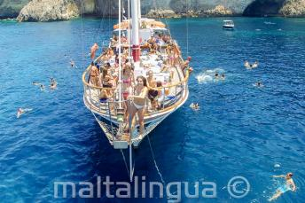 Englisch Sprachschüler springen auf einer Bootsfahrt vor Malta ins Wasser