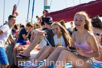 Junge Sprachschüler haben Spaß bei einem Ausflug der Sprachschule