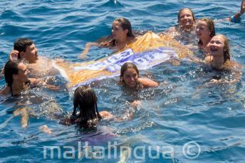 Gruppenleiter der Englisch Sprachschule schwimmen mit den Sprachschülern