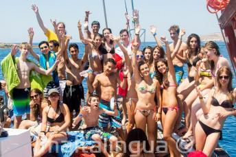 Teenager Sprachschüler auf einem Boot vor Malta