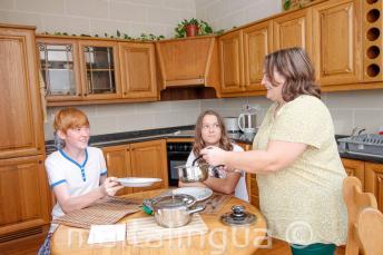 Sprachschüler beim Abendessen mit ihrer Gastfamilie