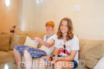 Sprachschüler sitzen auf der Couch der Gastfamilie