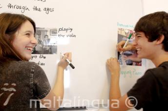 2 Sprachschüler arbeiten zusammen an der Tafel