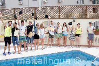 Junge Englischkursteilnehmer erhalten ihre Zertifikate