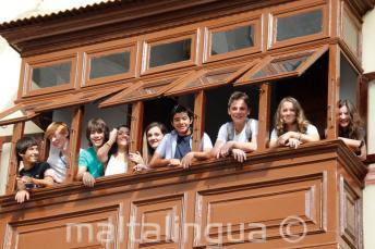Teenager Sprachschüler auf einem Balkon der Sprachschule