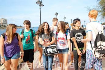 Jugendliche Sprachschüler gehen zusammen spazieren