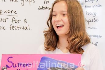 Eine Sprachschülerin hält eine Präsentation auf Englisch