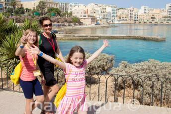 Kinder Sprachschüler gehen mit einer Lehrerin spazieren