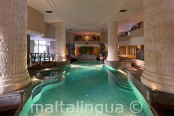 Schwimmbad in einem Hotel in St Julians, Malta