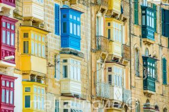 Viele bunte maltesische Balkone