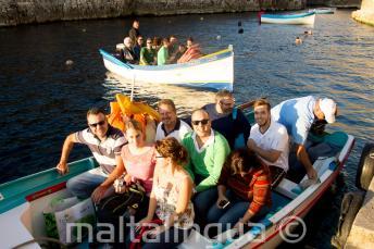 Sprachschüler sind bereit für eine Bootsfahrt zur blauen Grotte
