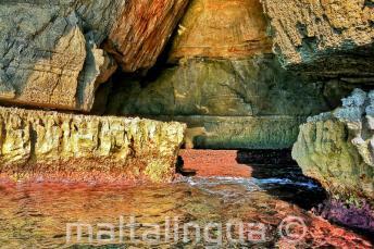 Helle Farben des Wassers in der blauen Grotte