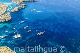 Foto einer Bootsfahrt unserer Sprachschule nach Comino aus der Luft