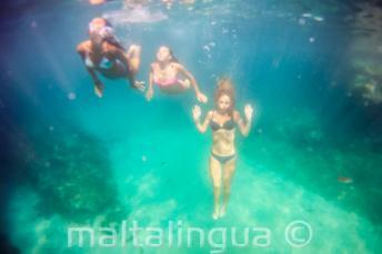 3 Freunde schwimmen unter Wasser