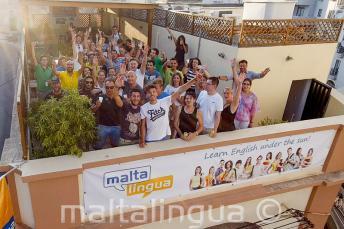 Englische Sprachschüler winken auf dem Dach