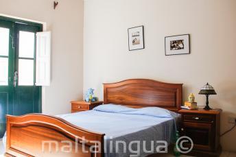 Ein Schlafzimmer in der Gastfamilien-Unterkunft in St Julians