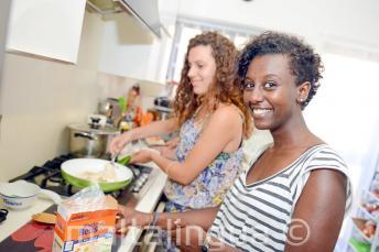 Eine Sprachschülerin hilft ihrer Gastfamilie beim Kochen