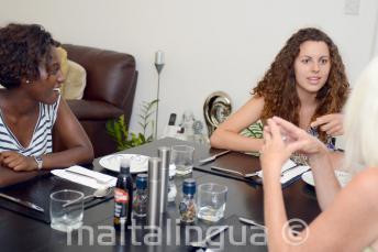 Englisch Sprachschüler mit ihrer Gastfamilie am Tisch in St Julians