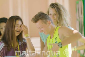 Tanzende und lachende Sprachschüler in der Pause
