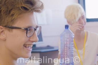 Jungs lachen im Englischunterricht