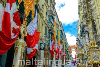 Eine Straße in Valletta, Malta, die mit Fahnen dekoriert ist