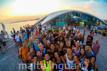 Englisch Sprachschüler besuchen eine Party im Café del Mar