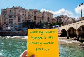 Eine andere Sprachen zu lernen, ist wie eine neue Person zu werden. Balluta Bay, St Julians
