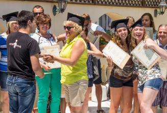 Sprachschüler erhalten ein Teilnahmezertifikat