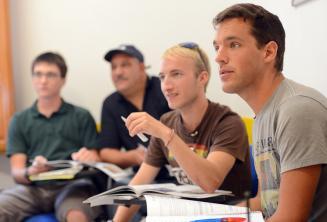 Sprachschüler hören im Unterricht zu