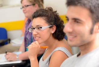 Eine Sprachschülerin hört aufmerksam zu