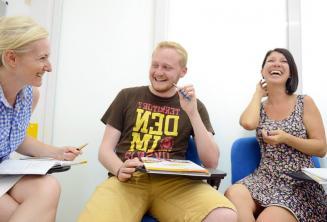 Sprachschüler lachen und haben Spaß Kurs