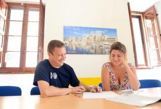Lehrer gibt Privatunterricht an der Sprachschule