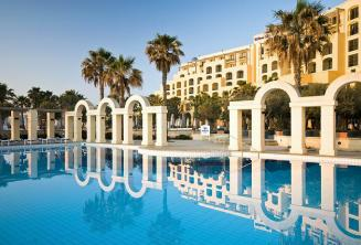 Swimmingpool des Hilton Hotels in St. Julians, Malta
