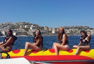 4 Mädchen auf einer fahrenden Banane