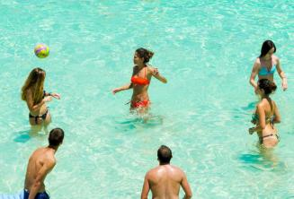Schüler spielen Volleyball in der blauen Lagune