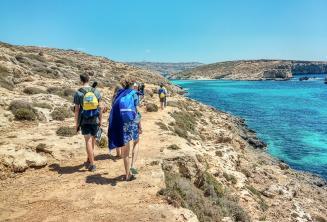 Englisch Sprachschüler spazieren an der blauen Lagune
