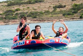 Sprachschüler werden von einem Schnellboot gezogen