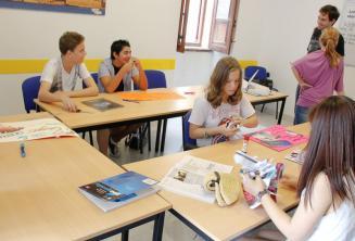 Sprachschüler arbeiten an einem englischen Projekt