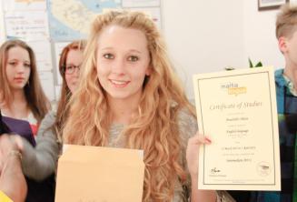 Junge Englisch Sprachschülerin mit Teilnahmezertifikat